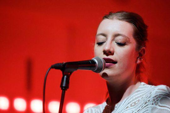 Sarah Jeffery, zang en blokfluit